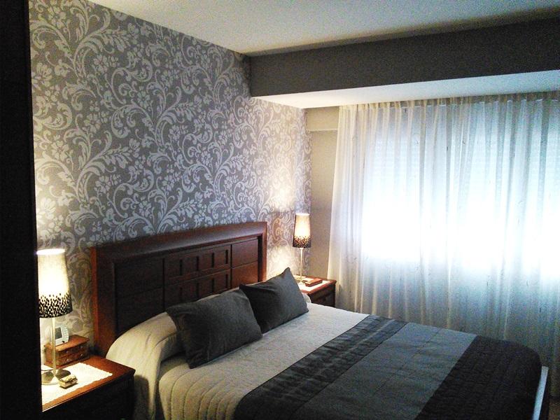 Papel pintado en grises para el cabecero de cama Casadeco – Reformas ...