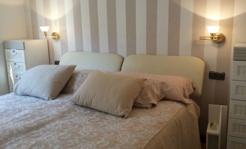 Cabecero de cama papel pintado rayas beige  Reformas y