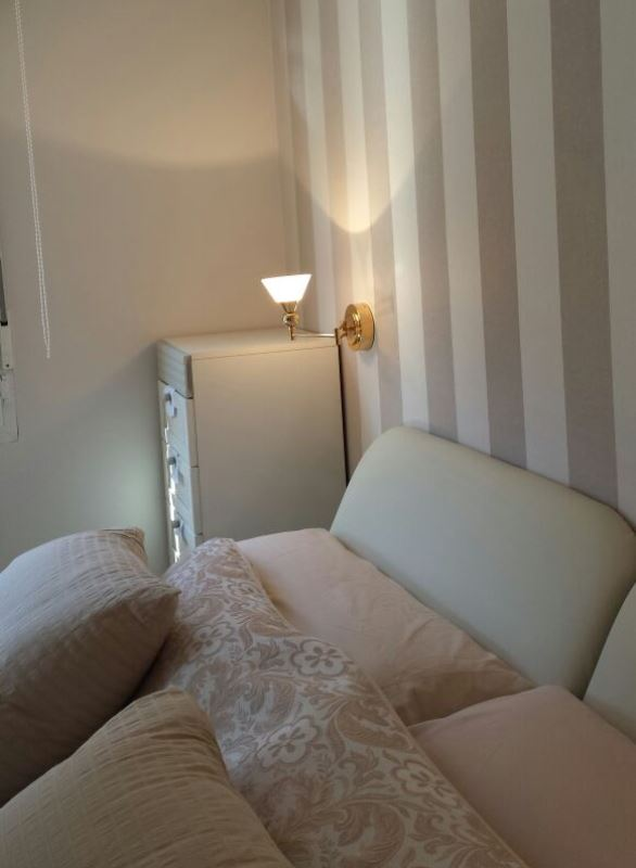 Desplazar los apliques de luz en el cabecero de cama