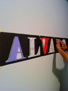 Instalando letras de madera en la pared