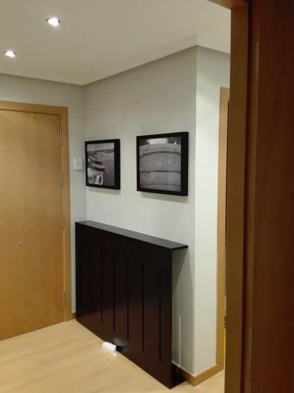 Recibidor decorado con cubrerradiador y cuadros a medida - Cuadros para recibidor ...