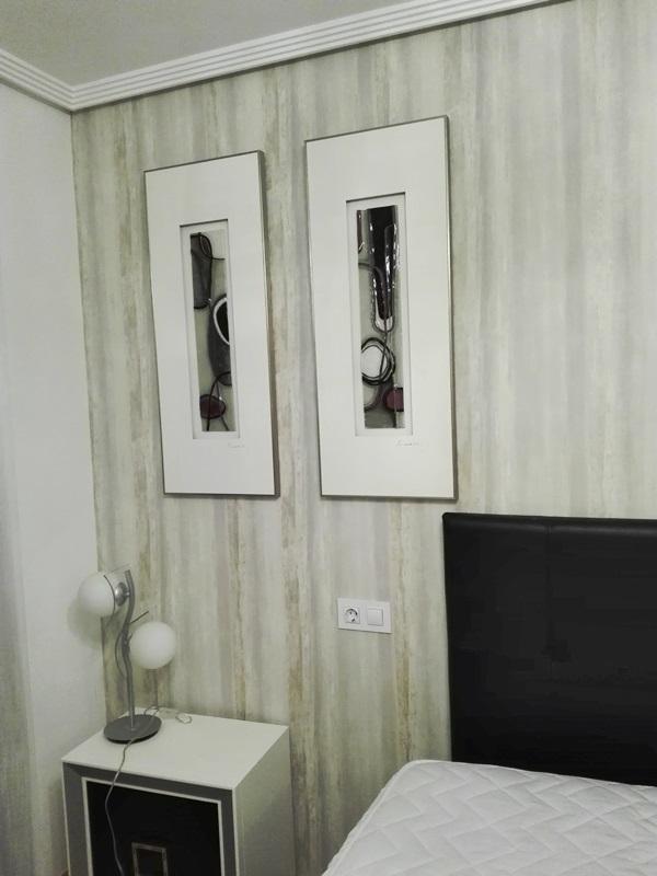 papel pintado cabecero de cama y cuadros dormitorio
