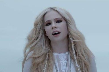 Avril Lavigne Yeni Şarkısına Video: Head Above Water