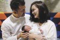 Netizen Bisa Lihat Bakat Putri Atiqah Hasiholan dan Rio Dewanto yang Baru Seminggu Lahir!