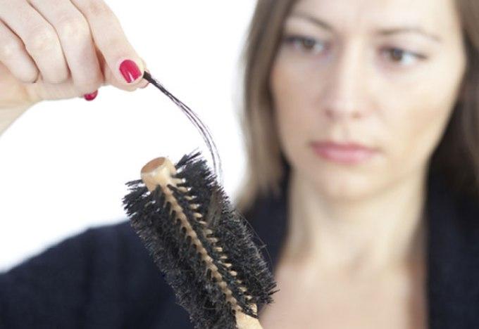 6 Penyebab Rambut Rontok pada Wanita yang Harus Kamu Tahu