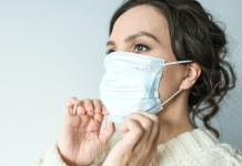 7 Cara Mengatasi Bau Mulut Saat Memakai Masker