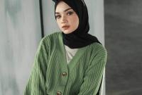 6 Tips Padu Padan Knit Cardigan untuk Wanita Berhijab