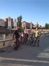informant del Multirefèndum 2014 amb les bicis tot passejant