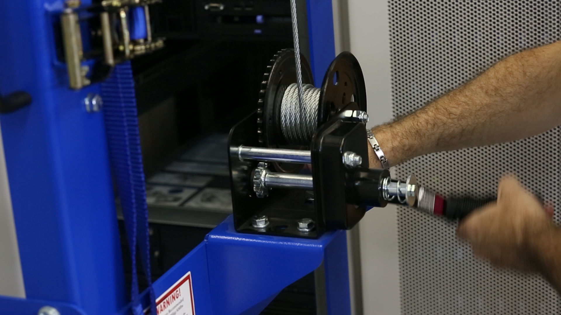 hight resolution of with racklift lifting servers with a weight over 300 pounds let alone 600 pounds by hand cranking requires a tremendous amount of arm and shoulder
