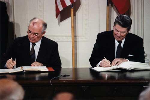 Reagan Gorbachev signing treaties www.servetolead.org