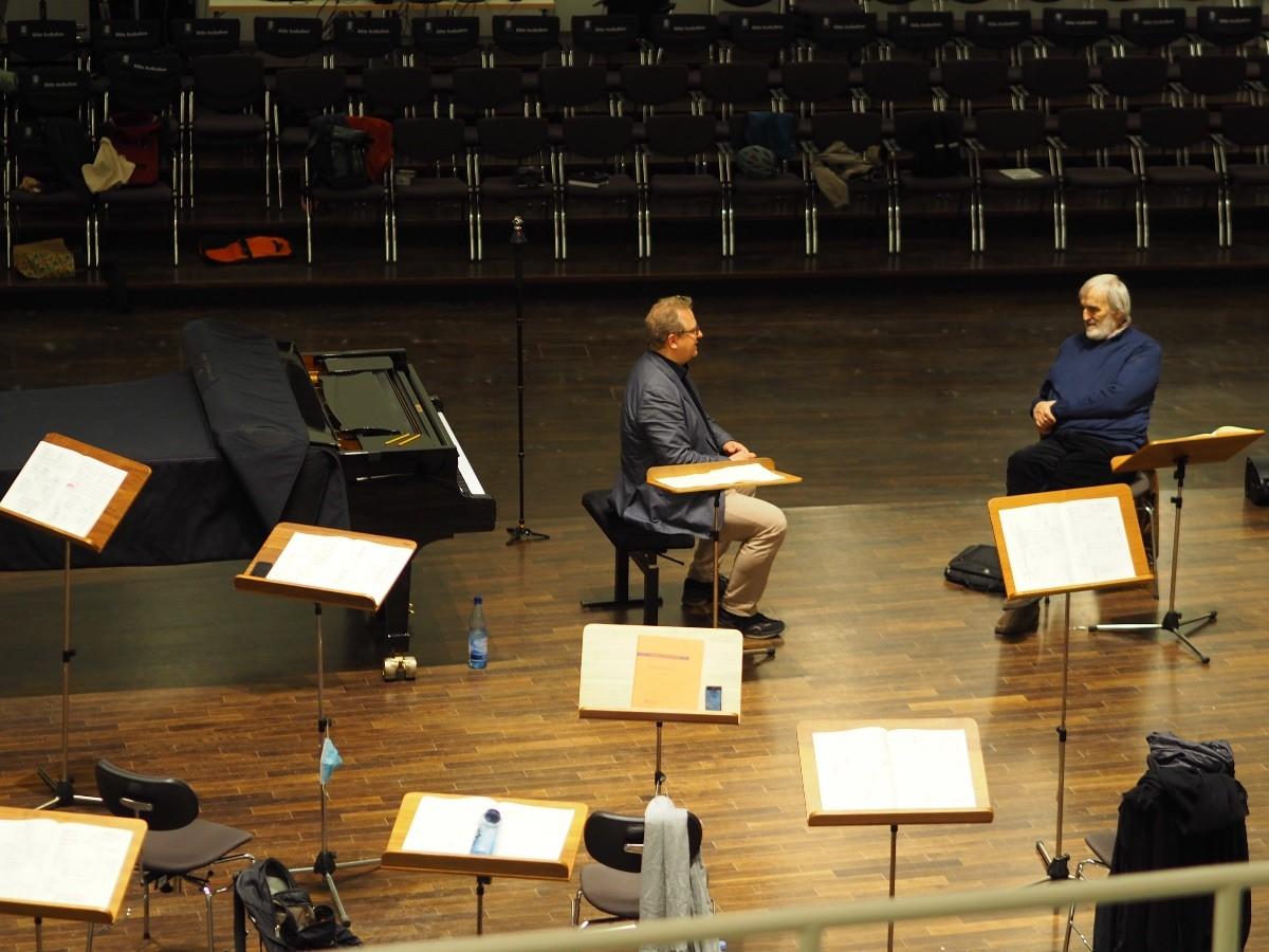 Olaf Katzer mit Helmut Lachenmann Probenpause im Konzertsaal Foto: Cornelius Uhle | 19. Mai 2021