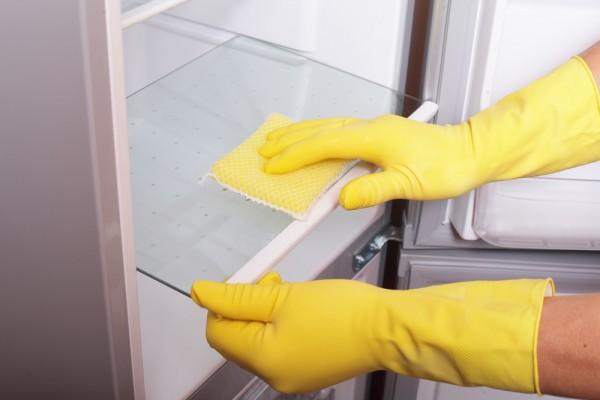 Membersihkan kulkas dengan lap