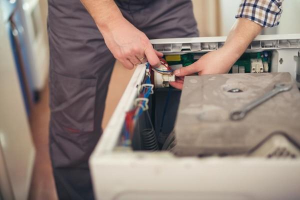 memperbaiki mesin cuci