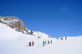 El grupo desciende una ladera.