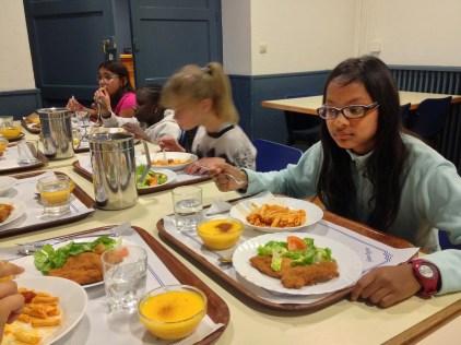Cenando para reponer energías. Lisha, Larisa, Fátima y Rosana.