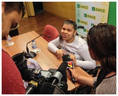 Entrevistando a Cami para el boletín de noticias de Aragón TV.