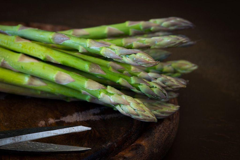 Les asperges, ou tout autre aliment, diurétique peut être utile. Il ne faut cependant pas en abuser.
