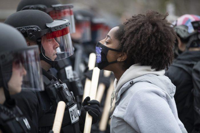 Floyd'u Öldüren Polisin Yargısı ve Polisin Orantısız Şiddeti Devam Ediyor
