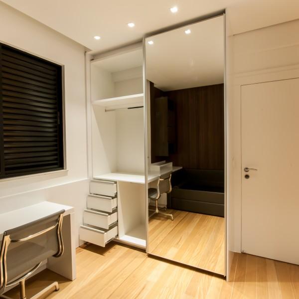 Dormitrio amadeirado com armrios painis e bancada MDF