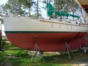A full keel has either an unbroken convex curve or straight line all the way from the stem to the stern of the boat. The rudder is attached to the trailing edge of the keel.