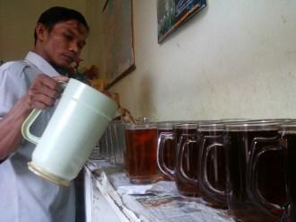 cak ali menuang teh