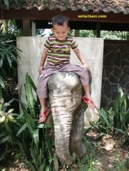 sakti naik gajah statue