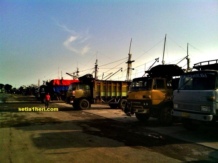 truk di pelabuhan gresik