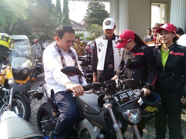 Gubernur DKI Jakarta Bapak Basuki Tjahaja Purnama di Balai Kota naik Yamaha MT-09 yang digunakan dalam touring 7 Srikandi Women on Wheels Indonesia dari Jakarta ke Lombok