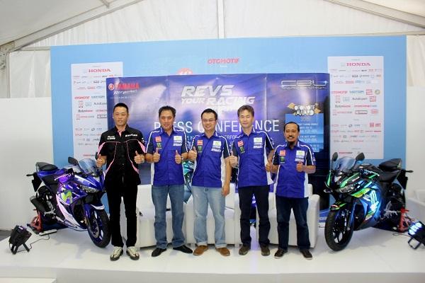 Management PT Yamaha Indonesia Motor Manufacturing Management saat Press Conference YZF-R25 & YZF-R15 Movistar Yamaha MotoGP dan Monster Yamaha Tech 3 di Parkir Timur Senayan Jakarta Indonesia