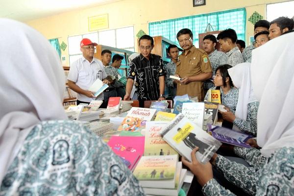 Peringatan Hari Buku Nasional oleh AHM dan Sahabat Satu Hati tahun 2015 (3)