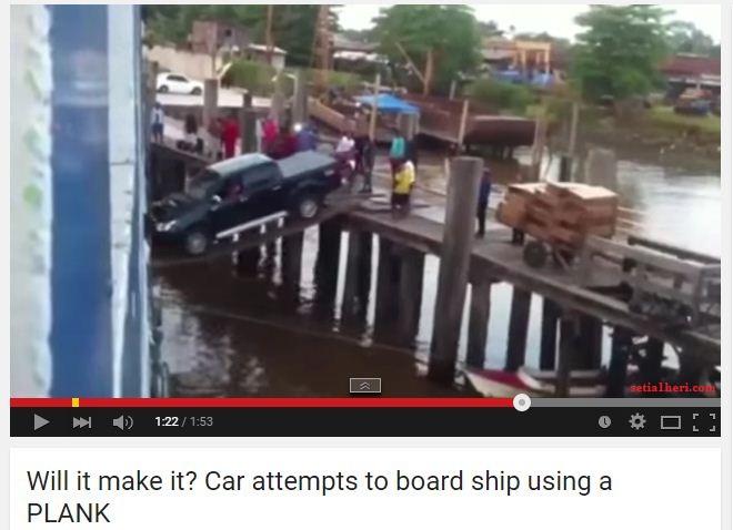 truk naik kapal dengan menggunakan 2 papan tipis di India