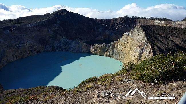 kawah di gunung Kelimutu