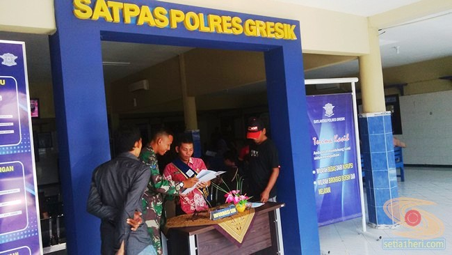 petugas informasi pengurusan SIM di satlantas polres gresik 2015