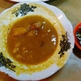 kuah kari dan irisan cabai hijau di Martabak HAR Palembang