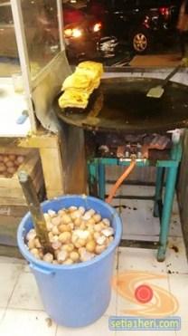 sisa kerak telur di Martabak HAR Palembang