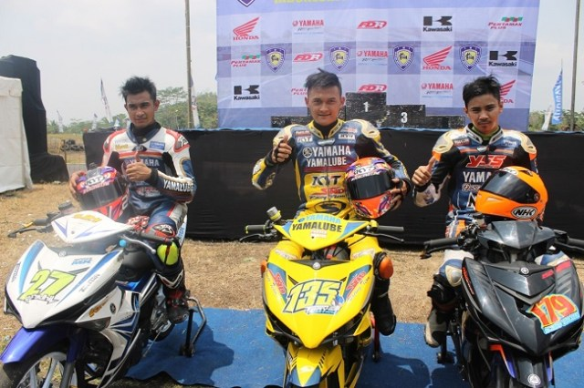 Tiga rider Yamaha dengan MX King naik podium di race 1 seri 4 kelas 150cc Kejurnas Balap Motor di sirkuit Bukit Peusar tasikmalaya