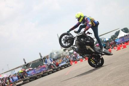 Aksi freestyle Wawan Tembong dengan Yamaha MT-25 dalam event Yamaha support HUT TNI AU ke-70 di Pangkalan Lanud Halim Perdanakusuma (5)