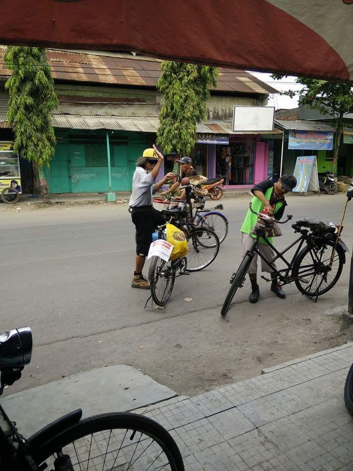 gowes sepeda tua dari Tuban menuju Bandung dalam rangka kongres sepeda tua tahun 2016~01