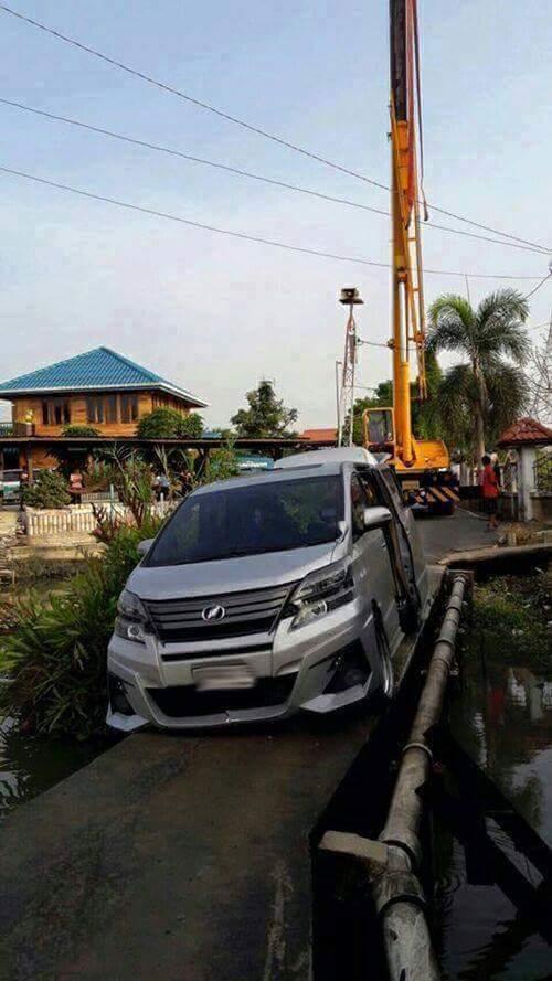 mobil mewah Toyota Vellfire hampir kecebur sungai karena percaya gps waze online di Malaysia~01