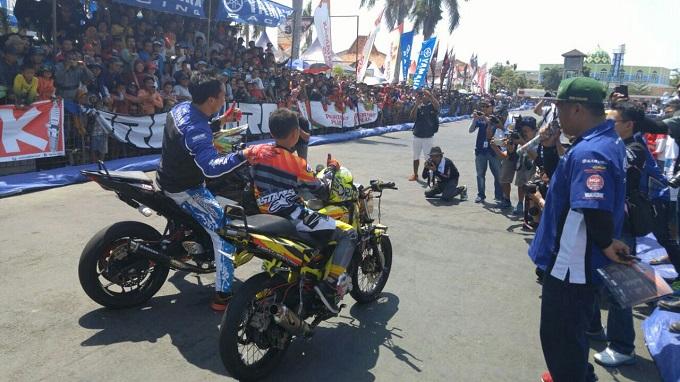 Wawan Tembong (kiri) dan Wahyu Nugroho (kanan) tampil di Yamaha Cup Race Pati 2015