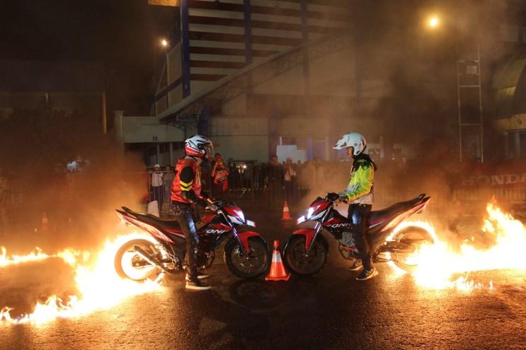 Dj Al Ghazali melakukan burn out di Honda Sonic Infastion Malang 2016