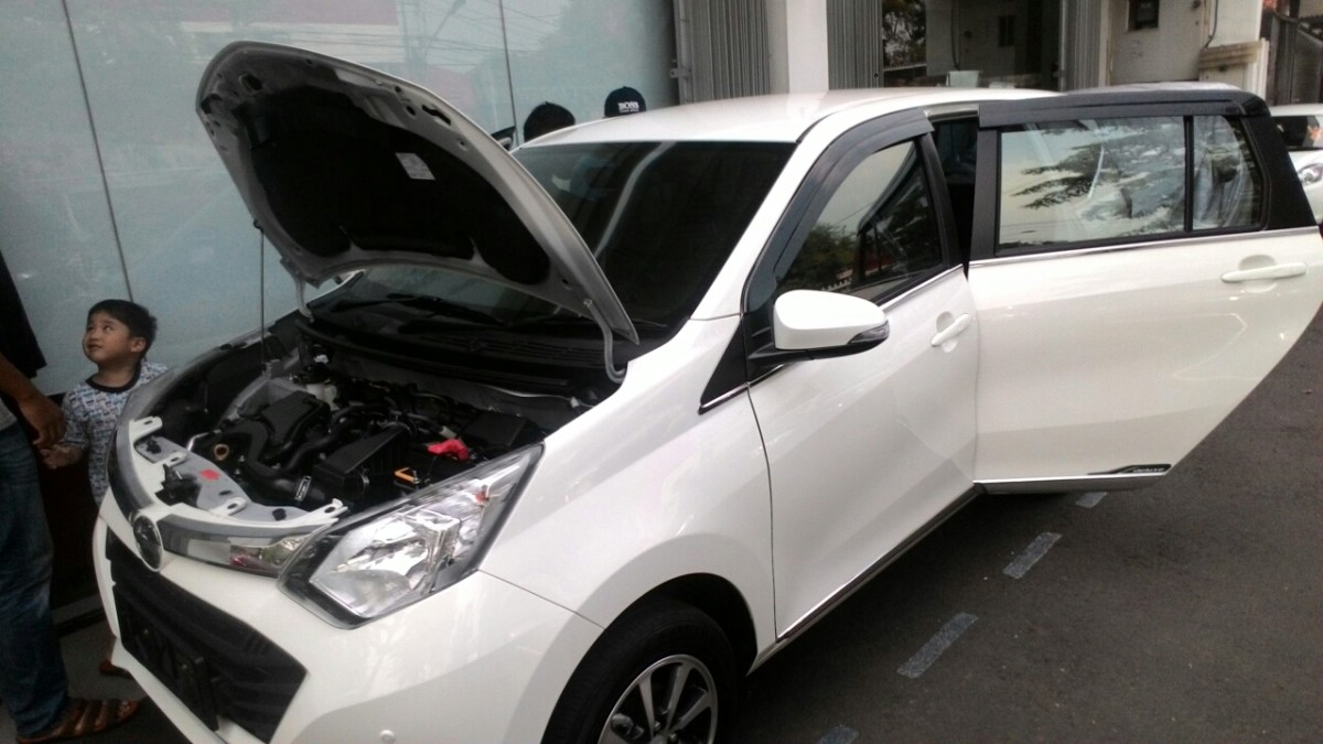 Gambar Detail Daihatsu Sigra Tipe R MT Deluxe Warna Putih Kasta