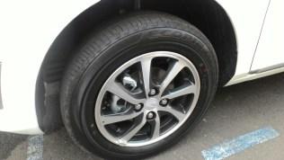 Gambar detail ban depan Daihatsu Sigra Tipe R MT Deluxe warna putih (kasta tertinggi)
