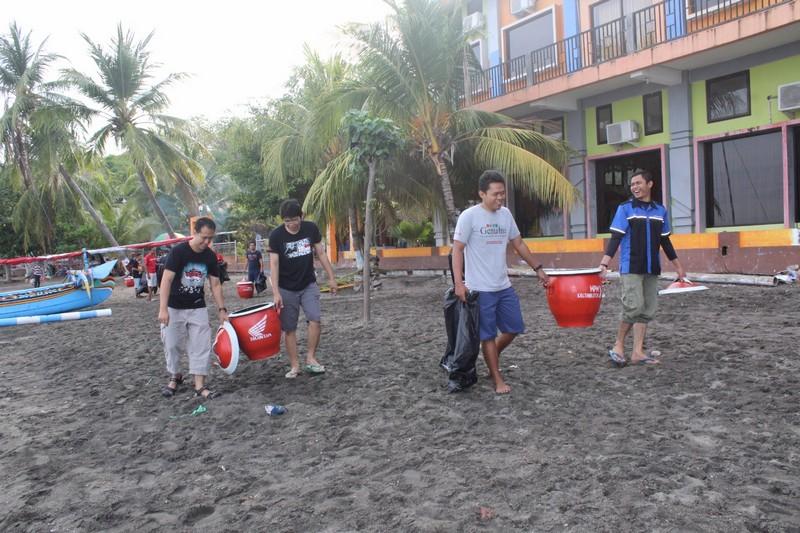 blogger-jatimotoblog-bersih2-pantai-pasir-putih-situbondo-bersama-mpm-honda-jatim-tahun-2016-5