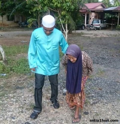 nenek-bungkuk-asal-malaysia-berani-naik-motor-sendiri
