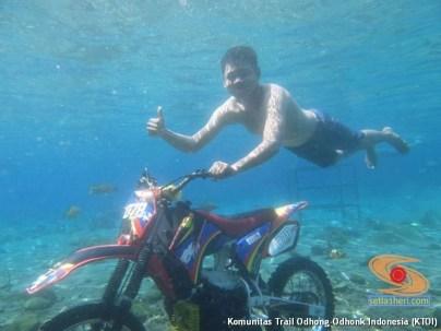cara parkir unik di air motor trail di Indonesia