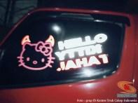 tulisan stiker hello kitty di kaca samping truk