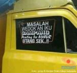 tulisan unik di kaca truk