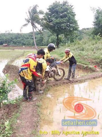 Meksipun hobi nge-trail, lewat sawah orang mesti di tuntun brosis .. (2)