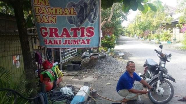 Sungguh mulia, Edi Suprapto tukang tambal ban asal Lamongan ini gratiskan biaya tiap hari Jum'at